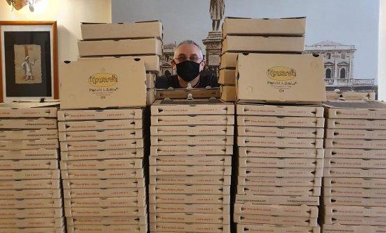 """Enzo Coccia """"mascherato"""" dietro ai cartoni delle pizze"""