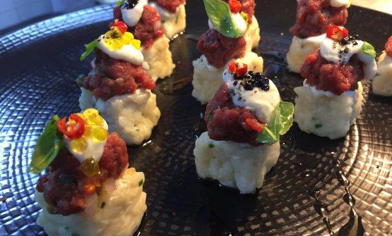 Maki di riso Acquerello con battuta di piemontese, fondue al pecorino e peperoncino