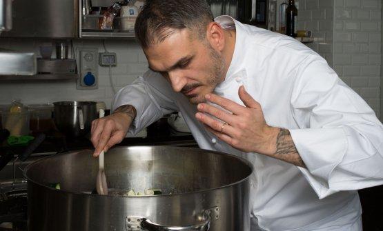 Roberto Di Pinto al lavoro nella cucina del suo Si