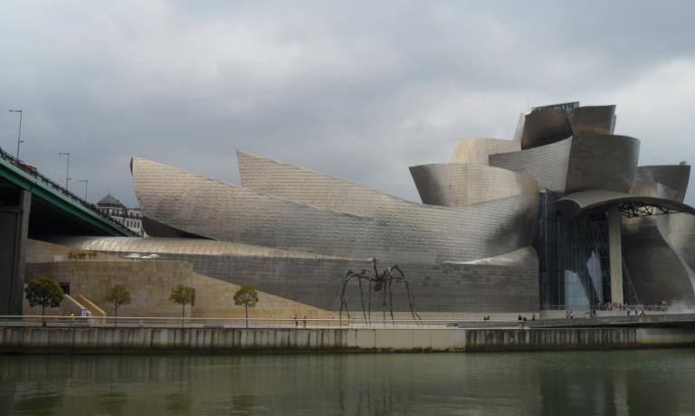 Il museo Guggenheim di Bilbao visto dall'altra s