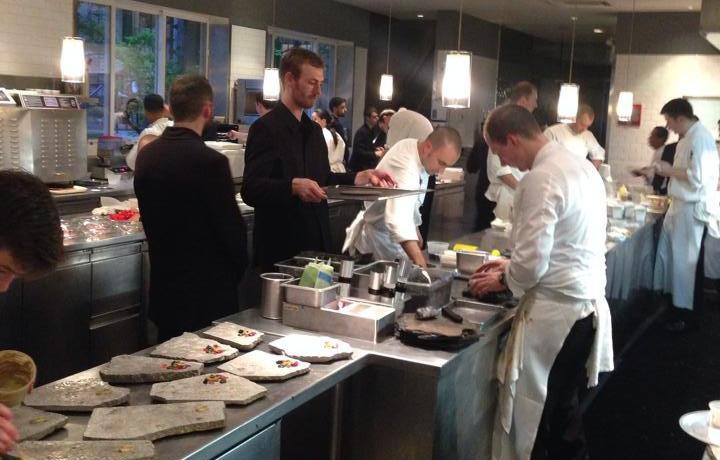 Una foto rubata da Giuseppe Iannotti nelle cucine di Alinea, a Chicago, durante il suo stage. Tanto lavoro, moltissimi insegnamenti, un meccanismo che funziona a meraviglia, grazie a una brigata ben coordinata anche se lo chef Grant Achatz non si � mai visto