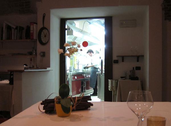 Un curioso ritratto di Juri Chiotti al lavoro alle Antiche Contrade in via Savigliano a Cuneo, telefono +39.0171.480488. Juri � uno dei due chef a cui il patron Giorgio Chiesa ha affidato il ristorante dopo il divorzio da Andrea Taglienti nel maggio 2011