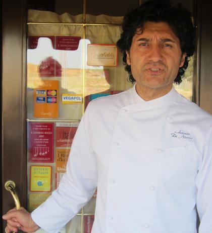 Antonio Di Nunno sulla porta della sua Locanda Di