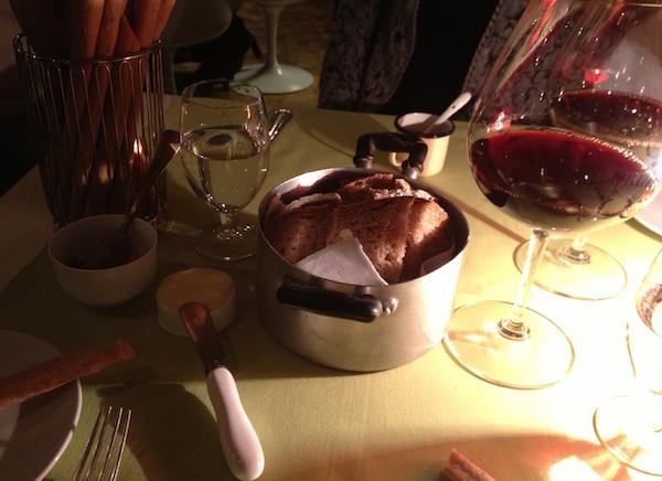 Così si presenta a cena (pure a pranzo, ma nelle sale c'è la luce del giorno che entra da finestre e vetrate) un tavolo per due persone da Aromando Bistrot, il locale aperto da Cristina Aromando e Savio Bina lo scorso mese di settembre in via Pietro Moscati angolo via Canonica a Milano, telefono +39.02.36744172. Atmosfere calde e rilassanti, pane di qualità, ottimo burro e un servizio attento ma informale, ogni gesto è accompagnato da un sorriso
