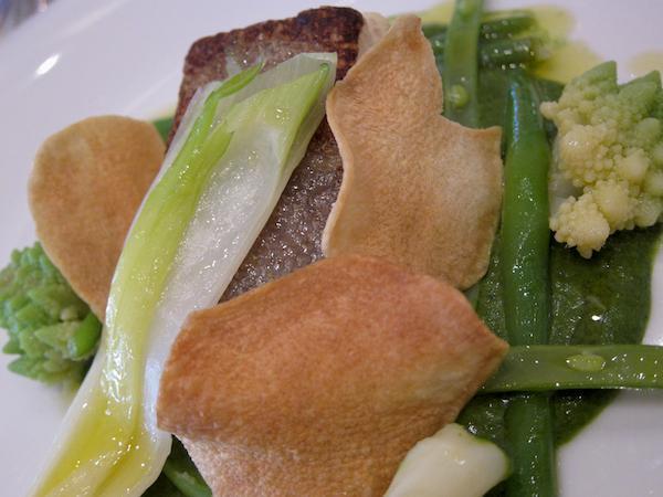 Il Baccalà Gadus Morhua su pinzimonio invernale, zimino di bietole e olio extravergine d'oliva cultivar Coratina, secondo di pesce di Enrico Panero