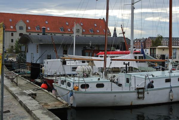 Il Nordic Food Lab gestito da Ben Reade, un 28enne scozzese di Edimburgo laureatosi all'Università di Scienze Gastronomiche di Pollenzo in Piemonte, è ricavato a Copenhagen all'interno di una barca che è in pratica una casa sull'acqua ormeggiata a poche decine di metri dal Noma, il ristorante di René Redzepi
