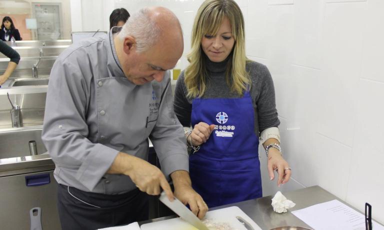 Il maestro e gli allievi: Peppe Barone intento a diffondere la propria sapienza culinaria all'interno di Nosco, la Scuola Mediterranea di Enogastronomia che ha sede nell'Antico Convento dei Cappuccini, a Ragusa Ibla.�