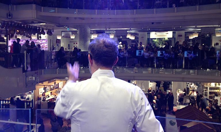 Massimo Bottura, chef e patron dell'Osteria Francescana a Modena durante la presentazione di Vieni in Italia con me sul palcoscenico di Eataly Smeraldo a MIlano lo scorso 28 ottobre