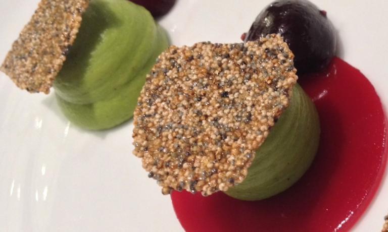 Il dessert di Daniela Cicioni: Crema di piselli al cardamomo, gelatina di ciliegie e lamponi al sambuco, ciliegie marinate e croccante di amaranto soffiato