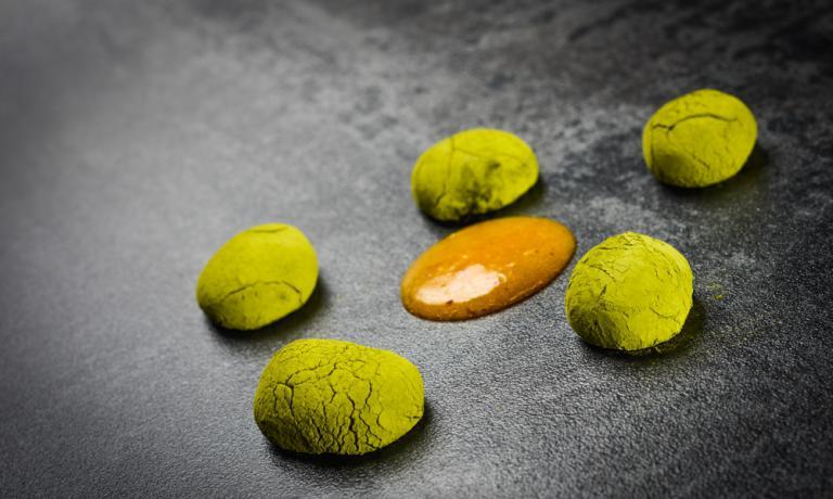 Potrebbe essere adatta a proporre un dolce diverso e originale anche durante le feste, questa ricetta dello chef vegano Simone Salvini, che per dare equilibrio a questo piatto si è fatto ispirare dagli insegnamenti della tradizione ayurvedica