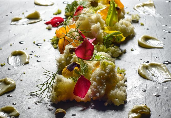 Una sana alimentazione può essere anche creativa, originale, gustosa. Lo chef Simone Salvini torna su queste pagine con una nuova ricetta dedicata alla cucina crudista, a base di ingredienti golosi e contemporaneamente pieni di sostanze utili per il nostro organismo: come le crucifere, qui rappresentate da cavolo romano e cavolfiore, e le mandorle