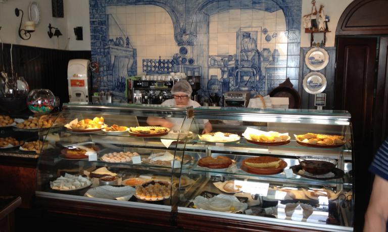 Il bancone della Pastelaria Conventual Pão de Rala ad Évora, un indirizzo da annotare: qui si viene soprattutto per assaggiare il dolce che dà il nome al locale, una torta ripiena di fibre di zucca cotte nello sciroppo concentrato di zucchero (foto Passera)
