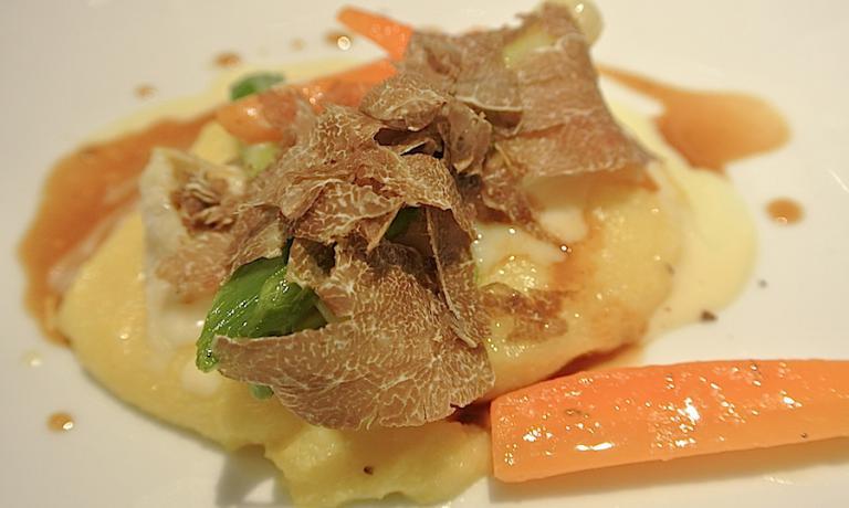 Polentina morbida, robiola di Roccaverano, tartufo bianco e salsa al Grana Padano, delizioso antipasto firmato Cerea