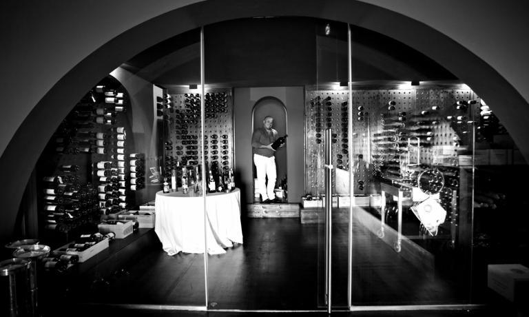 Il ristorante Le Giare, di Montiano, un borgo di appena 1.698 residenti incastrato a 10 chilometri da Cesena, � la creatura di Claudio Amadori, che con molto coraggio e parecchia abnegazione � riuscito a far diventare il suo locale un punto di riferimento per la ristorazione della zona. Da poco c'� stato un avvicendamento in cucina: il nuovo chef �Gianluca Gorini, cresciuto con Lopriore, dopo nove anni di Omar Casali (foto di Isabella Ostelli e Lido Vannucchi)