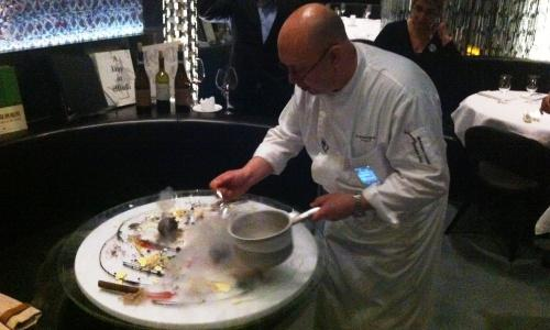 Corrado Michelazzo chiude la serata nel suo ristorante 10 Corso Como con un'esibizione artistica: tinture di frutta, guarnizioni di frutti di bosco, spalmate di crema pasticciera, sbaffi di cioccolato, disegni con composte di colori