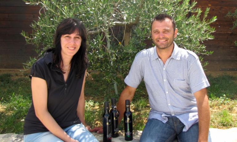Romina e Graziano Decimi dell'azienda agricola Decimi di�Passaggio di Bettona (Pg),�+39.075.987304. Quattro gli oli di produzione: tre monocultivar e il blend Emozione