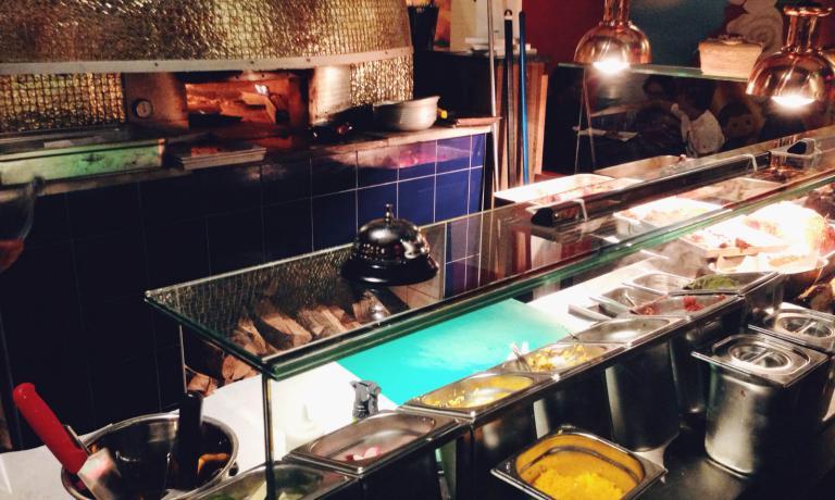Il forno a legna dorato, ereditato dalla pizzeria che prima occupava i locali, � uno dei punti di forza del nuovo Taco & Cocktail Bar di Al Mercato (+39.02.36767328 ). Eugenio Roncoroni e Beniamino Nespor continuano a portare nella citt� meneghina i sapori del migliore street food del mondo, questa volta dedicandosi alle influenze messicane da entrambi raccolti durante le loro esperienze californiane