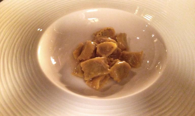 Ravioli del plin di coda di bue al burro aromatizzato all'anguilla affumicata