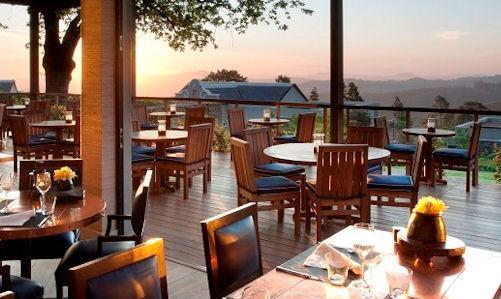 Lo splendido panorama che si gode dalla terrazza dell'Indochine, telefono�+27.21.8858160. E'�uno dei due ristoranti ospitati all'interno della vasta tenuta Delaire Graff, acquistata nel 2003 da uno dei pi� grandi gioiellieri del mondo, il britannico Lawrence Graff. La cucina, guidata dallo chef sudafricano Christiaan Campbell, � un mix di influenze e ricette che arrivano da diversi paesi asiatici