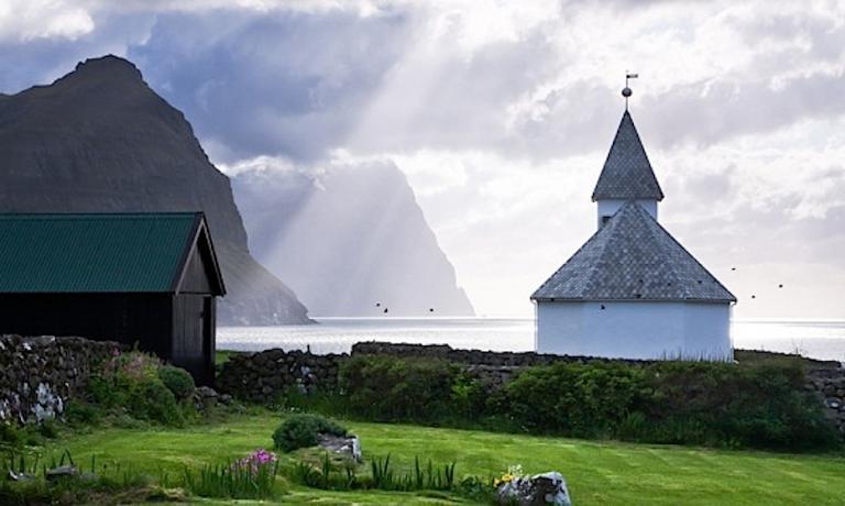 Le isole Faroe, 18 in tutto, una sola disabitata, le altre 17 popolate da poco pi� di 48mila anime nell'Atlantico del Nord, � anche un paradiso per chi ama fotografare la natura tra rocce a picco sul mare, tramonti da cartolina e nuvole di ogni forma, case con i tetti in erba e chiese spesso isolate che guardano agli spazi infiniti dell'oceano. Dallo scorso mese di giugno, l'arcipelago � collegato con Milano ogni sabato grazie a un  volo diretto dalla Malpensa