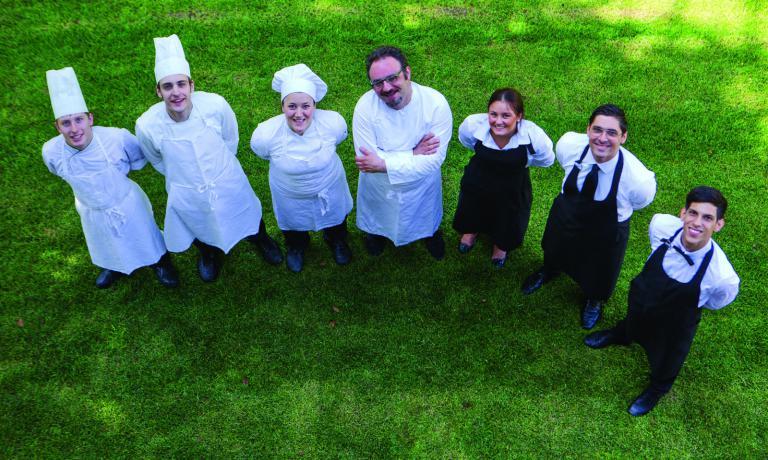 Paolo Lopriore col team del suo Kitchen (via per C