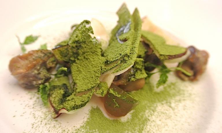 Lumache leggermente affumicate, funghi porcini e tè verde. La somma del Lopriore-pensiero