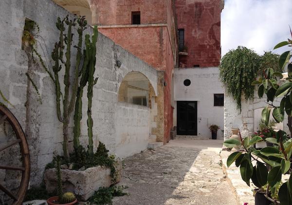 Il cortile di accesso alla Masseria Spina, il rist