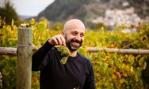 TUTTOFARE. Niko Romito, chef del ristorante Reale Casadonna, due stelle Michelin, tra le sue vigne di Castel di Sangro. La prima vendemmia imbottiglier� un pecorino (al 90), oltre il biologico e con grandi potenzialit� di invecchiamento