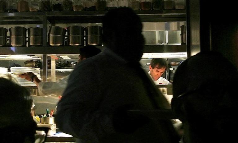 La macchina fotografica, al momento dello scatto, marted� sera durante la cena di gala da Baffo all'interno di Eataly Chicago, ha sorpreso un Davide Oldani tutto giustamente concentrato nella rifinitura del suo Zafferano e Riso alla Milanese D'O Expo 2015
