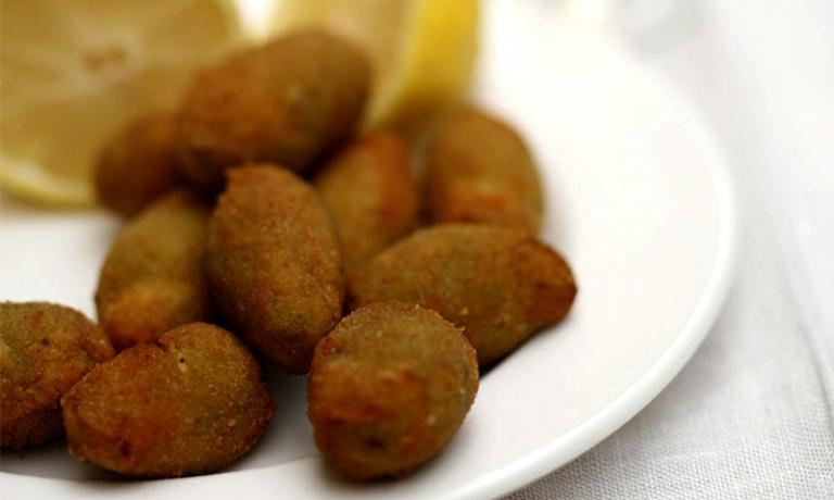 Stuffed olives all'ascolana in the classic and ort