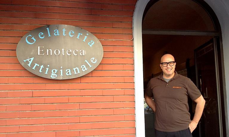 Paolo Brunelli sulla porta di ingresso della sua e