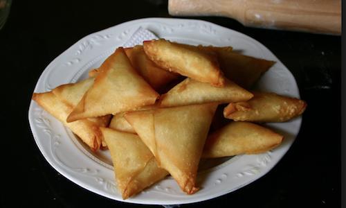 I tipici samosa della cucina Cape Malay, tradizione che unisce la cucinadi Città del Capo e dintorni a quella di tradizione indonesiana. La importarono nel continenente africani gli schiavi provenienti da Giava e Sumatra ed è un trionfo di spezie di ogni genere