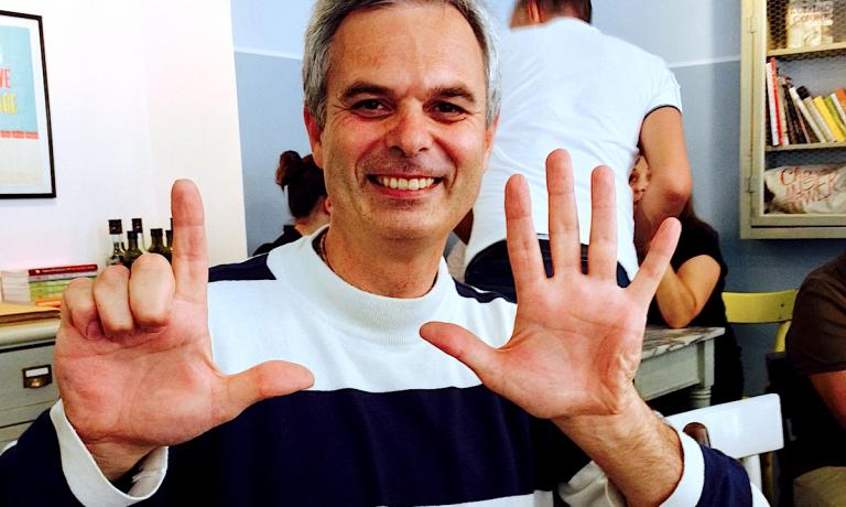 Pietro Leemann, chef e patron del ristorante Joia, alta cucina naturale a Milano, mentre annuncia, aiutandosi con le mani, che il locale a fortissima vocazione vegetariana e vegana, ha appena compiuto 25 anni. L'italo-svizzero, madre valtellinese e padre ticinese, lo apr� in via Panfilo Castaldi 18, telefono +39.02.29522124, il 16 settembre del 1989. L'ultimo intervento sulla struttura l'agosto scorso