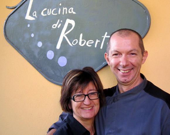Roberto e Paola Pongolini, marito e moglie, a Felino (Parma) dal gennaio 1993. Dal novembre dello scorso anno, chiusa ad agosto La Cantinetta, locale di ottimo pesce, hanno riaperto come La cucina di Roberto, telefono +39.0521.831125, nel segno della tradizione parmigiana e della pizza d'autore. Con tanta gioia e soddisfazione.