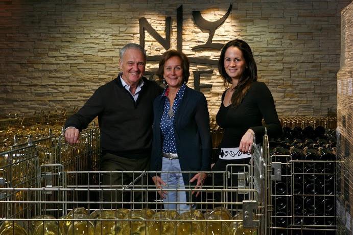 Primo Franco, con la moglie Annalisa e la figlia Silvia, nella cantina della Nino Franco di Valdobbiadene, l'azienda che ha riscattato il prosecco dalla cattiva fama di vinello da osteria