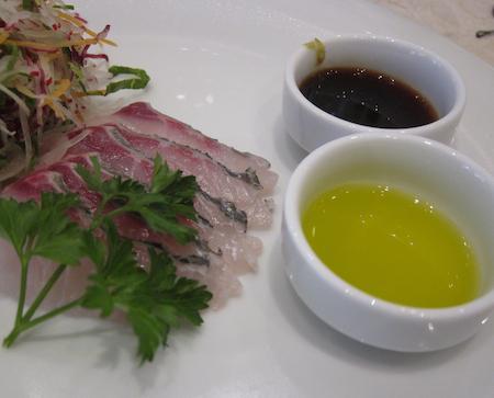 l'Insalata di orata cruda alla giapponese con soia e olio extravergine di Coratina, antipasto di Ishii Hidenao