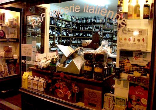 La vetrina di RAP, l'�picerie italienne di Alessandra Pierini al 15 di rue Rodier nel nono arrondissement di Parigi. E' l� che sabato 12 aprile si celebrer� la prima tappa del Mondiale di Pesto al Mortaio 2016 a Genova