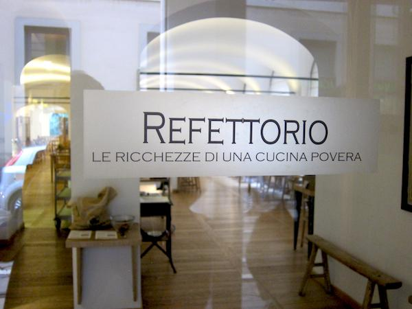 L'ingresso del ristorante Refettorio Simplicitas al numero 2 di Via dell'Orso a Milano, telefono +39.02.89096664, un'oasi di bontà a metà strada tra l'Accademia di Brera e il Teatro alla Scala