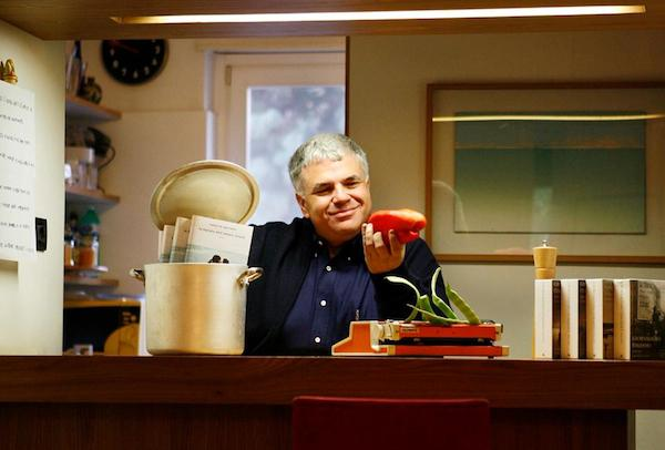 Roberto Perrone, classe 1957, genovese di Rapallo (e milanese di adozione), giornalista sportivo, prima al Giornale e poi al Corriere della Sera, per il quotidiano di via Solferino cura anche la rubrica golosa Scorribande. Scrittore, il suo ultimo romanzo, La cucina degli amori impossibili per Mondadori, � ambientato nelle cucine di due ristoranti le cui famiglie proprietarie sono in lotta tra loro per la supremazia a livello di guide e di opinione pubblica. Come Montecchi e Capuleti. Ma con un finale diverso...