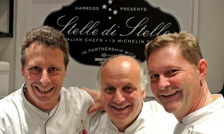 Foto ricordo tra chef alla fine del servizio di gi