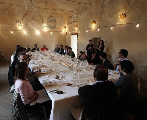 Il tavolo del Postrivoro è apparecchiato nella sala affrescata della Chiesa della Commenda di Faenza