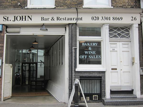 L'ingresso del St. John al 26 di St. John Street a Clerkenwell, Londra, +44.(0)20.33018069. A parte l'albergo, il St. John Hotel vicino Leicester Square in St. John Street, stesso ingresso, ecco anche un bar e una panetteria. Il simbolo di questa realt� � un rotondo maiale