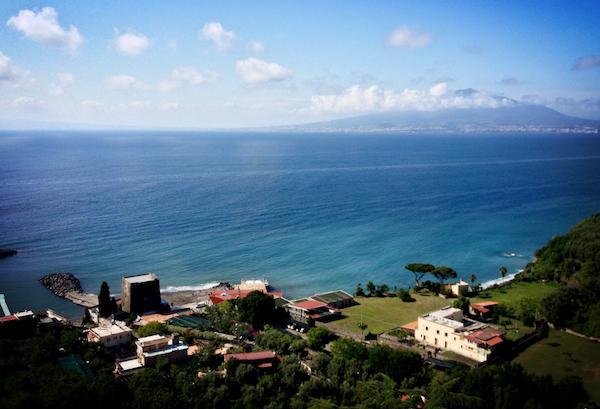 La bellezza del panorama dalle alture di Seiano, frazione di Vico Equense, dalla quale lo sguardo spazia su Marina Equa in basso e il Vesuvio sullo sfondo. Facile distinguere la Torre del Saracino sotto a sinistra