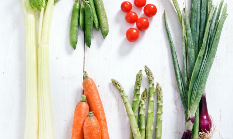 Ortaggi e cereali integrali. Come ci racconta Lisa Casali nel suo nuovo contributo per la rubrica Green, la nostra alimentazione dovrebbe basarsi soprattutto su questi elementi. Mentre le diete iperproteiche fanno bene solo alle tasche dei loro creatori. Immagini di Claudia Castaldi tratte da Cucinare in lavastoviglie, Gribaudo
