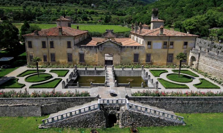 Villa della Torre, luogo magico del Rinascimento italiano che si trova a Fumane di Valpolicella,�� oggi patrimonio della famiglia Allegrini. E' uno dei tanti luoghi in cui questa storica realt� dell'enologia italiana sta portando avanti un progetto di recupero e sviluppo