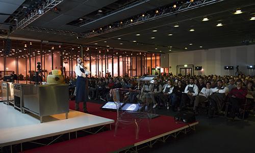 La 3 giorni di Identità Milano (4 giorni includendo sabato 8, primo giorno del Milano Food&Wine Festival) va in archivio con un 40 in più di iscritti al congresso e una presenza di circa 10mila persone. Un buon viatico per preparare Identità Chicago e Identità New York a ottobre eil Roma Food&Wine Festival (29 novembre-1 dicembre). E poi, l'Expo nel 2015 (nella foto diBrambilla-Serrani, la lezione di Niko Romito)