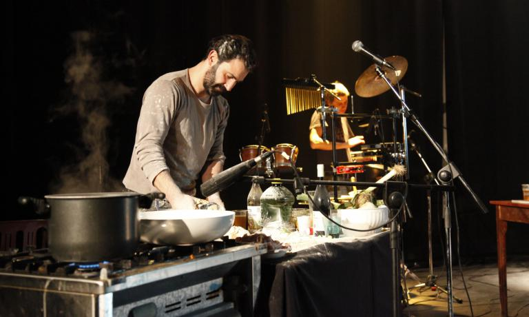 Un po' dj, un po' cuoco: Donpasta immortalato durante una delle sue performance