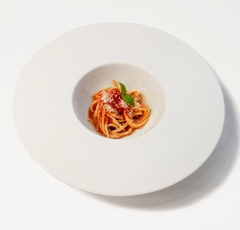 Questo piatto, presentato da Maurizio De Riggi, chef del Markus di�San Paolo Bel Sito (Napoli) alla finale della quarta edizione del�Premio Birra Moretti Grand Cru, gioca con la percezione del commensale. Facendo pensare a un primo piatto, per poi stupire con l'abbinamento tra pomodorini datterini, fragole e cannella