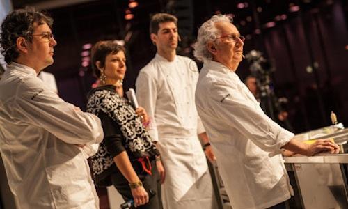 Da sinistra, il cuoco della Cassinetta Fabio Barbaglini, la presentatrice della giornata in Auditorium Francesca Barberini, Massimiliano Alajmo delle Calandre ed Ezio Santin, gloria della cucina italiana, omaggiato nella prima giornata del congresso (foto di Alessandro Castiglioni)