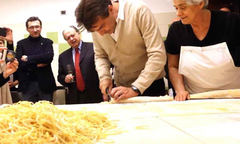 Yannick Alléno a scuola di tajarin da Gemma Boeri a Roddino (Cuneo). Foto di Bruno Murialdo e Silvia Muratore